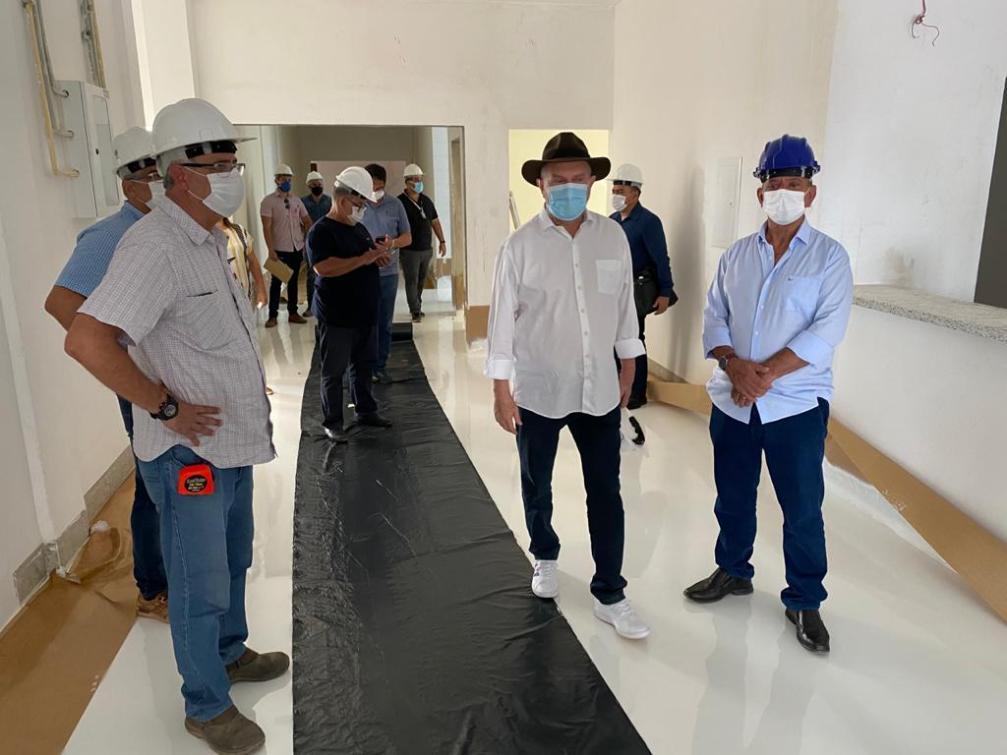 Deputado Antonio Andrade e governador Mauro Carlesse durante vistoria ao HGG