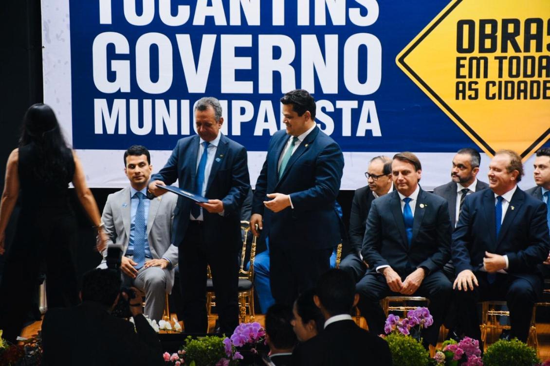 Antonio Andrade entrega título de cidadão tocantinense a Alcolumbre