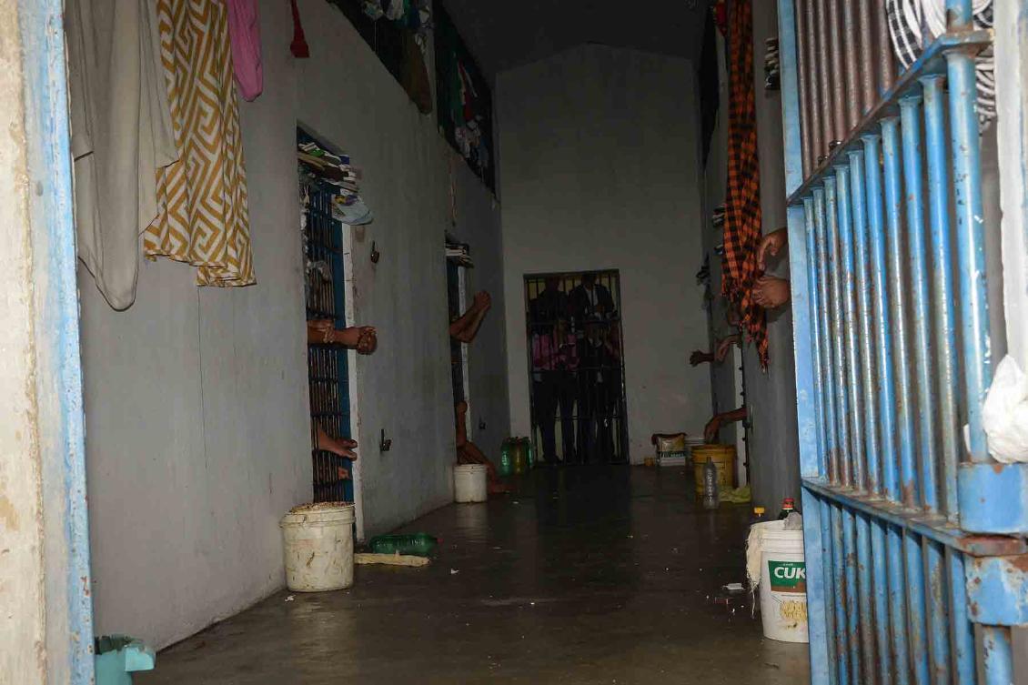 Corredor de uma das alas da CPP de Gurupi: água é distribuída por garrafas pet.