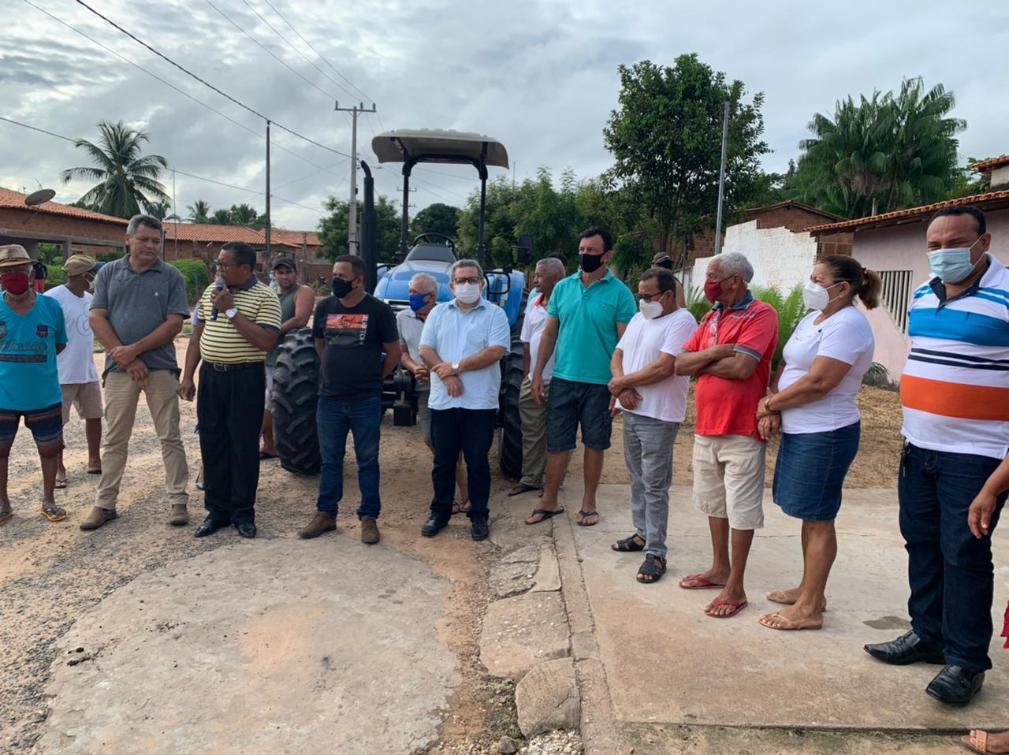 Associação de Moradores do Jatobal recebe trator para ampliar agricultura familiar