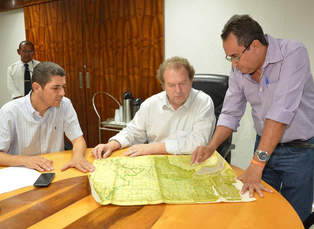 Técnicos mostram a deputados área em questão