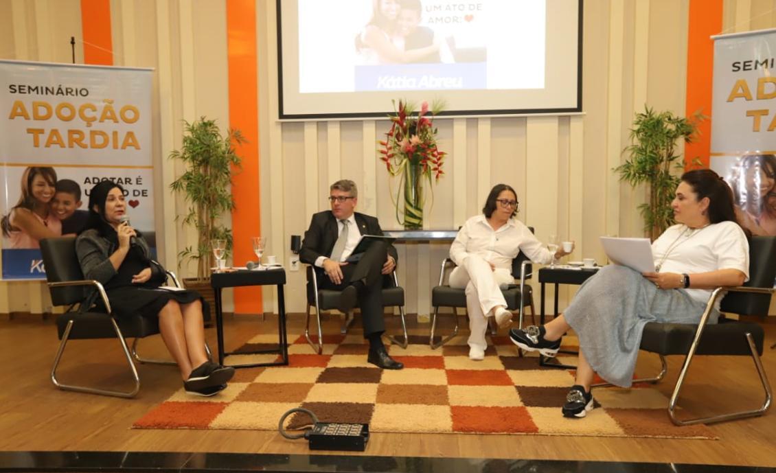 Autora de lei, Amália Santana defende benefícios da adoção tardia durante seminário