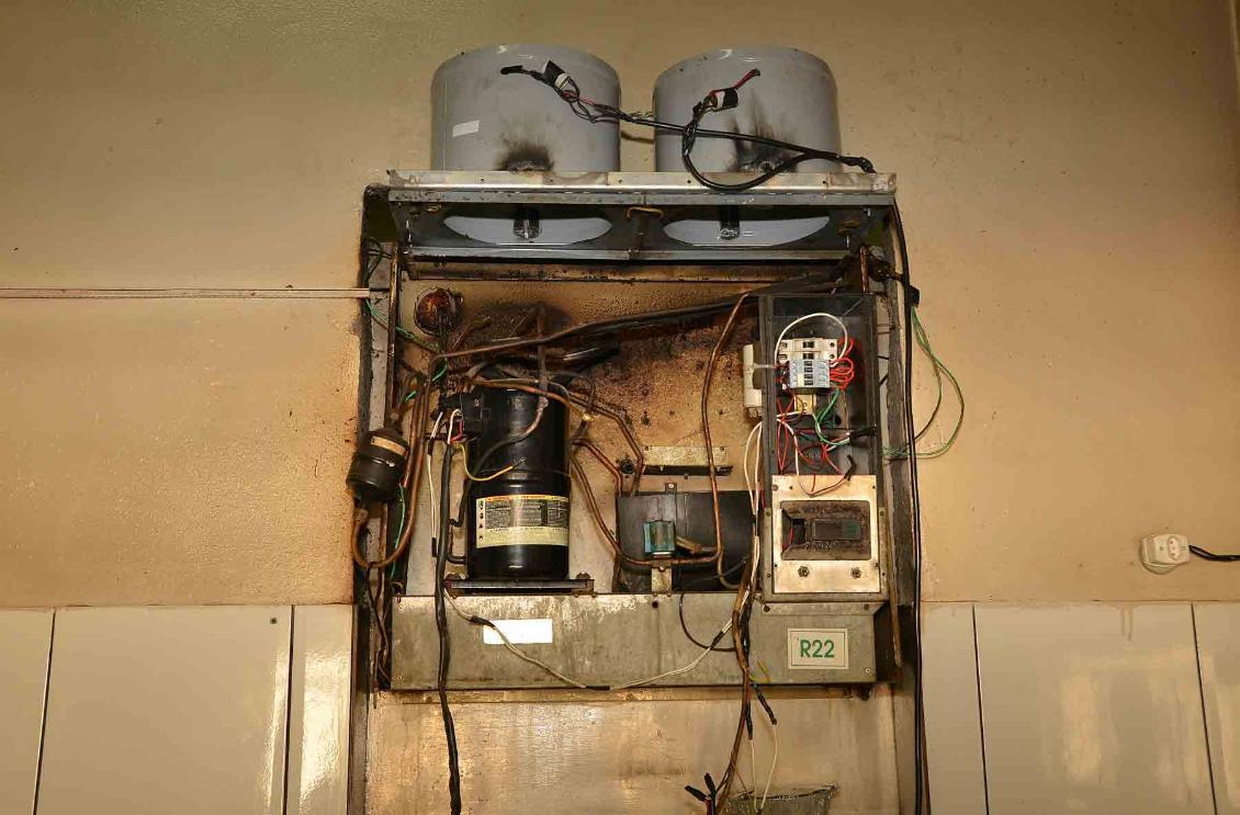Motor danificado da geladeira da cozinha do presídio de Cariri.