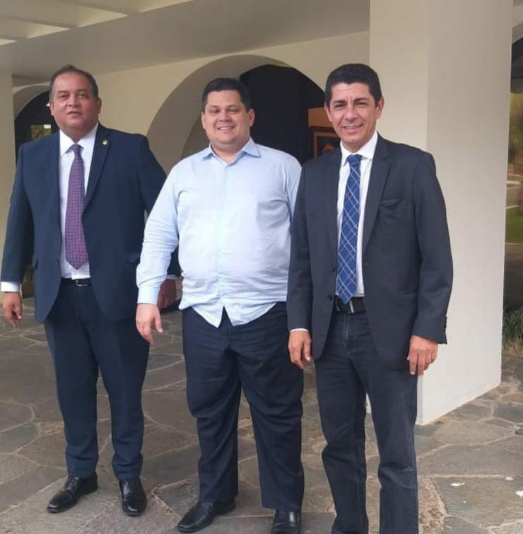 Deputado Valdemar Júnior, com os Senadores Eduardo e David Alcolumbre durante encontro em Brasília.