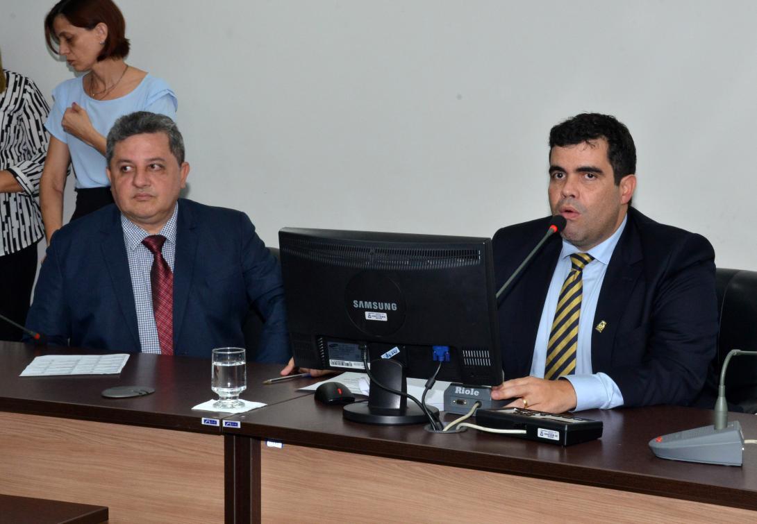 Ricardo Ayres (d) foi eleito presidente da CCJ