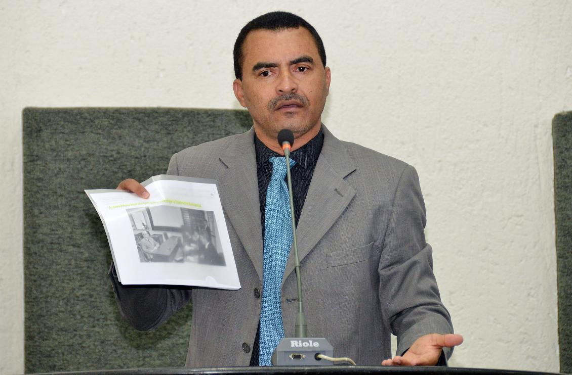 O parlamentar alerta sobre possíveis irregularidades na construção de calçadas em Taquaruçu