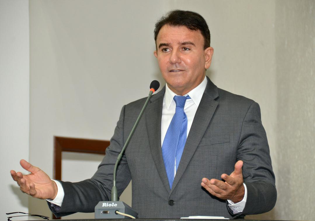 Eduardo Siqueira quer proibir locação de prédios e gastos com consultorias