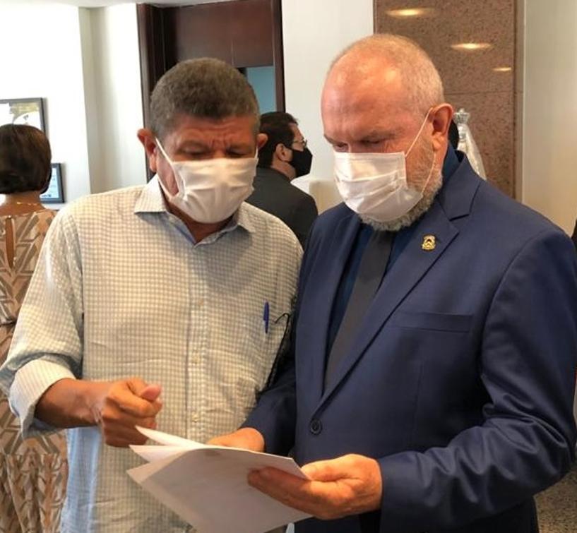 Deputado Ivory de Lira entrega ofício em mãos ao governador Mauro Carlesse