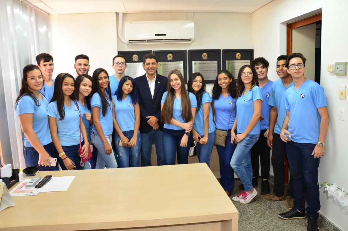 Valdemar Júnior em seu gabinete ao lados dos alunos do Colégio Sagrado Coração de Jesus