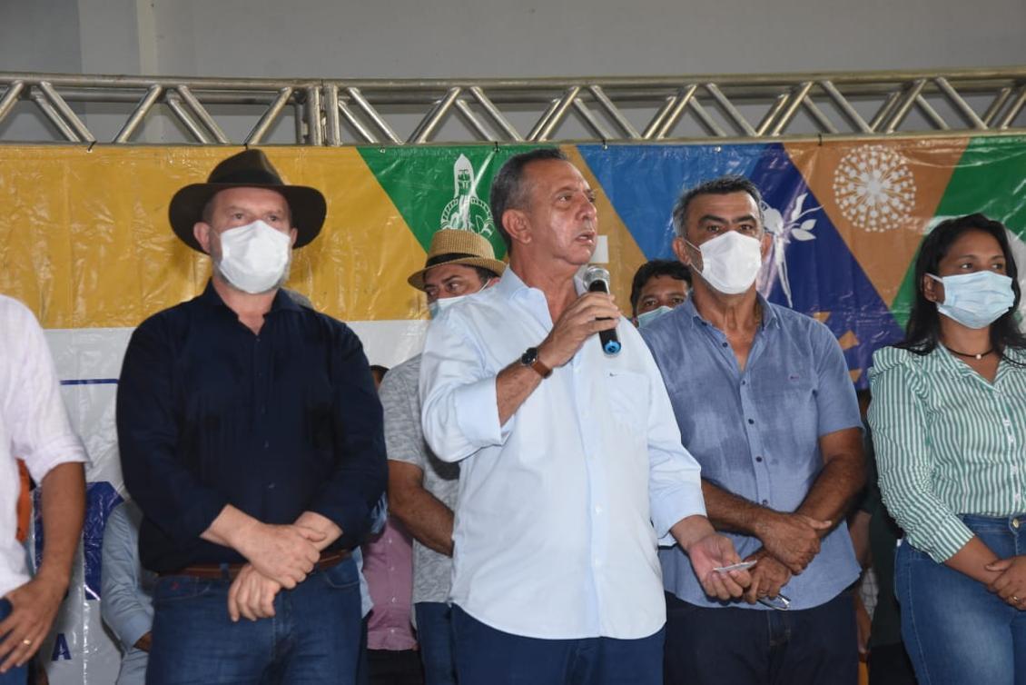 Antonio Andrade durante conversa com prefeitos do Bico