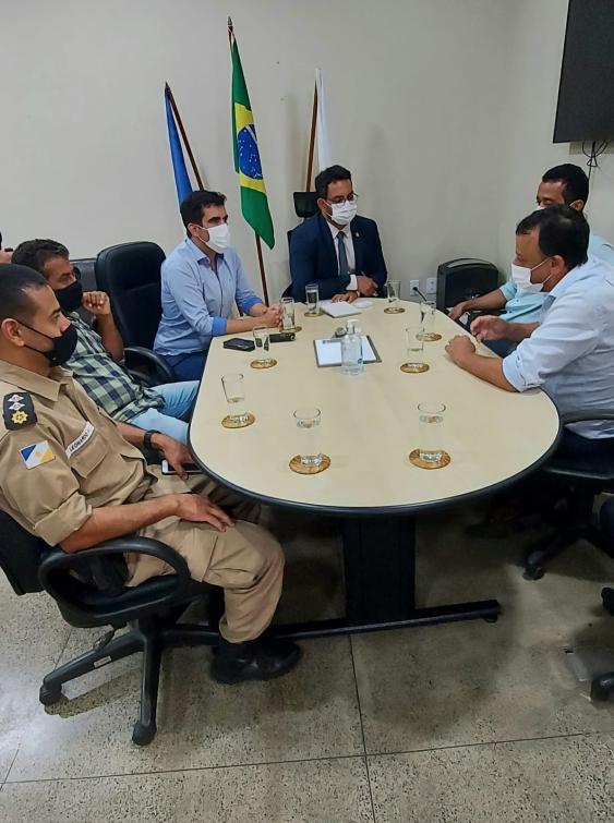 Ricardo Ayres e comitiva em reunião com secretário Bruno Barreto, na secretaria da Admiinistração