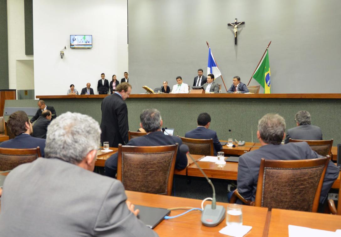 Foram aprovados vários projetos de iniciativa dos deputados, do Executivo  e da Defensoria Pública