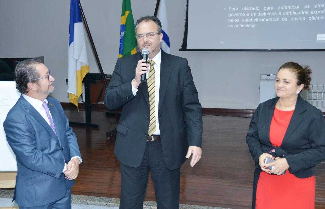 Biondo (à esquerda), Armando (ao centro) e Maria de Jesus Silva, diretora da Escola do Legislativo