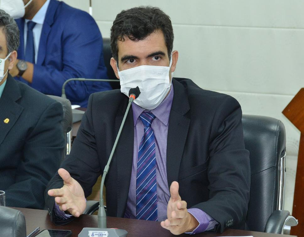 Ayres apresenta seus questionamentos ao secretário da Saúde, Edgar Tolini