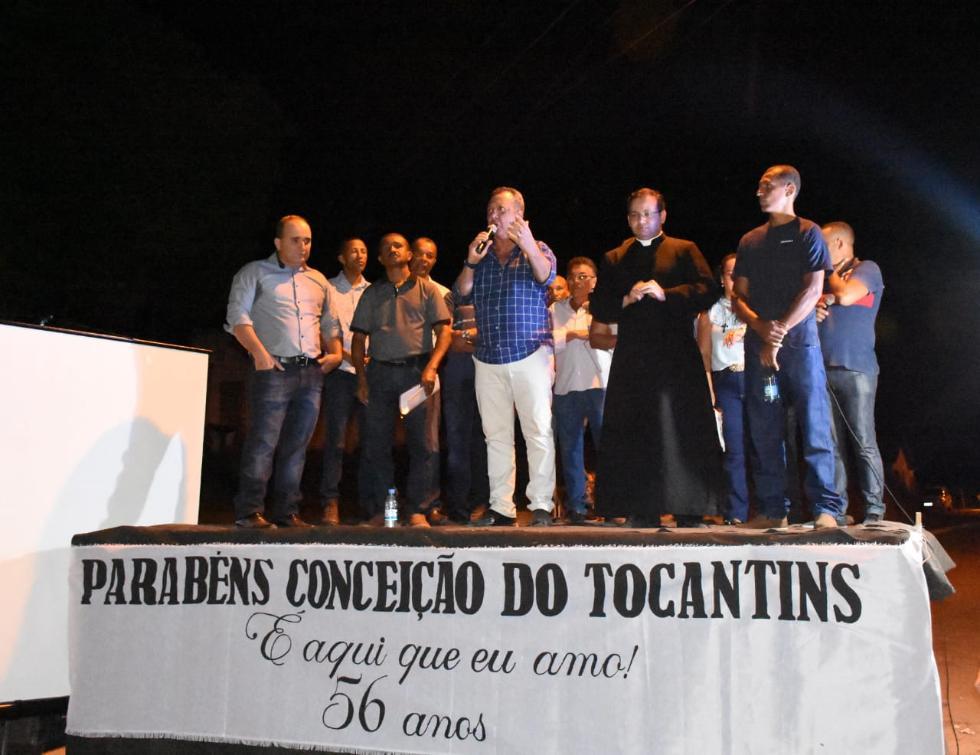 Antonio Andrade discursa para centenas de pessoas em Conceição do TO