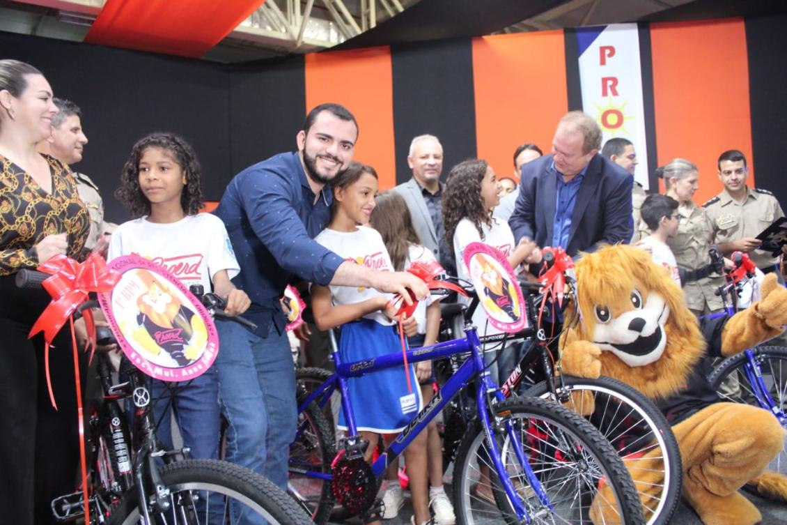 Deputado Léo entrega prêmio para aluna do Proerd