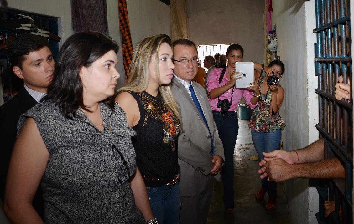 Luana e representantes da OAB/TO e MPE conversam com presos na CPP de Gurupi.