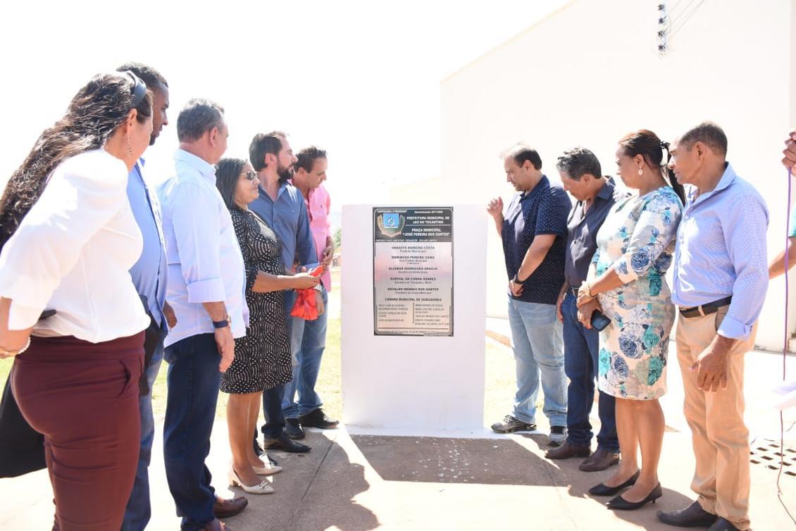 Antonio Andrade e demais autoridades inauguram praça em Jaú do TO.