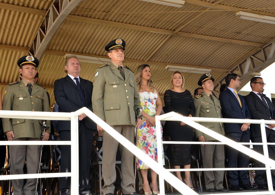 Luana compõe palco durante posse de novo comandante