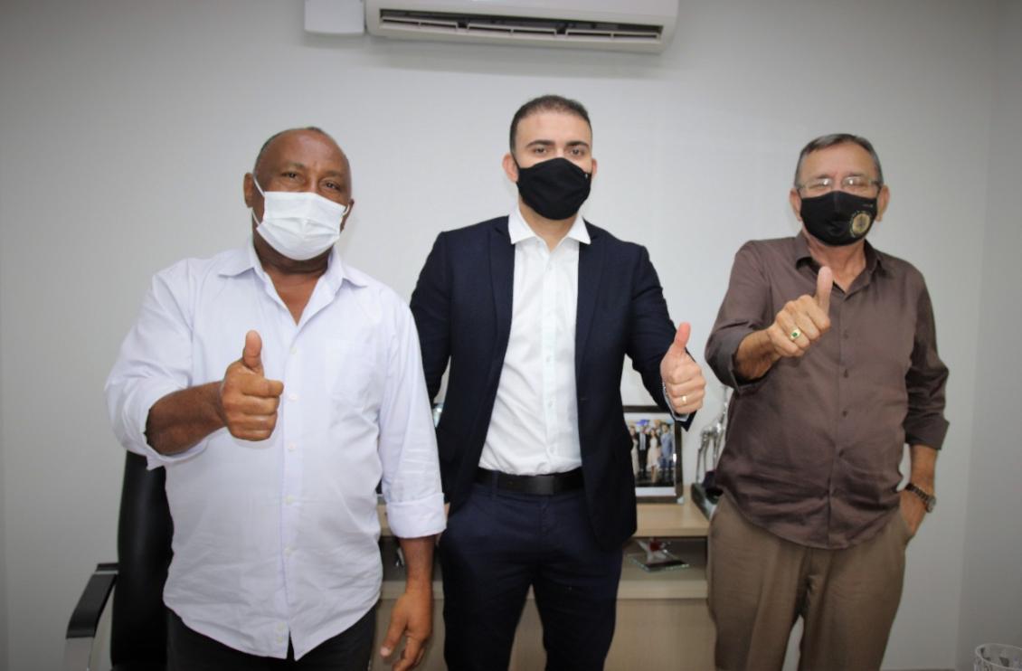 Deputado Léo Barbosa, prefeito de Pium, Valdemir Barros,  e vice-prefeito Babilônia