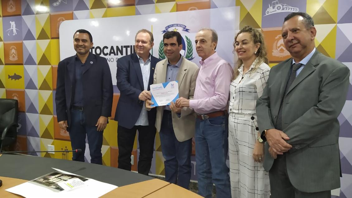 Ayres recebe o certificado de Amigo do Hospital de Amor Tocantins