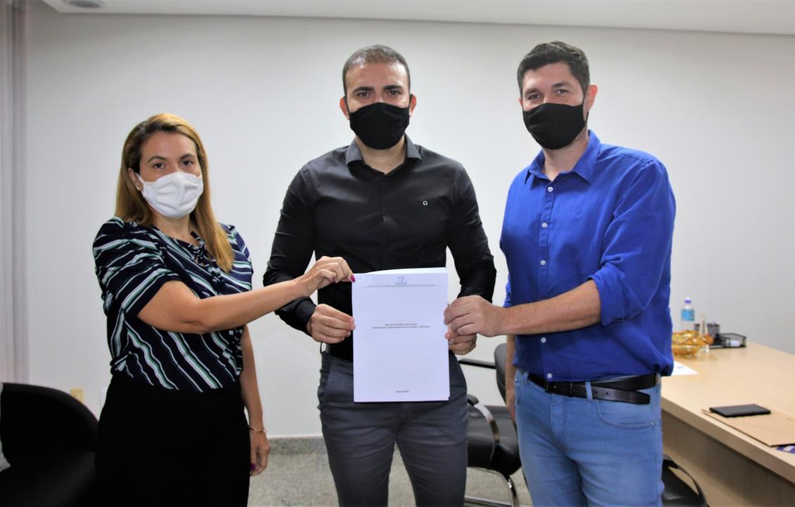 Léo Barbosa e representantes da Associação Anjo Azul, Rosa Helena e Hermando Soares.
