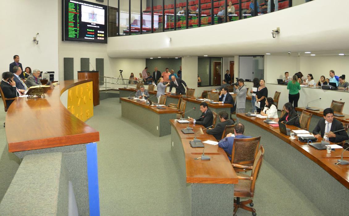 Matérias foram aprovadas na sessão desta terça-feira, 13