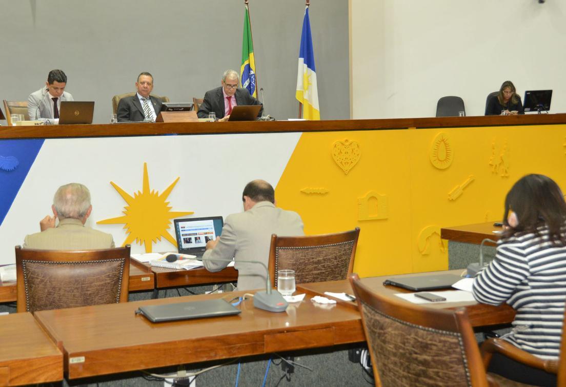 No plenário, deputados discutem valor estimado da obra.