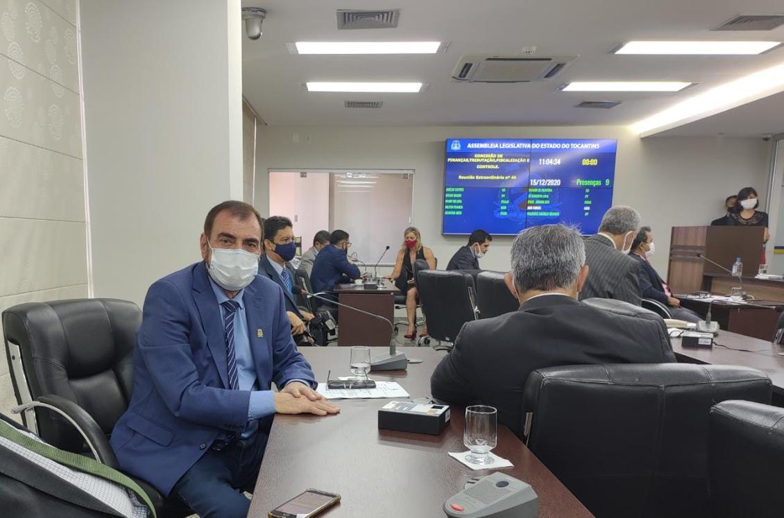 Deputado Issam Saado na reunião da Comissão de Finanças na manhã de terça, 15