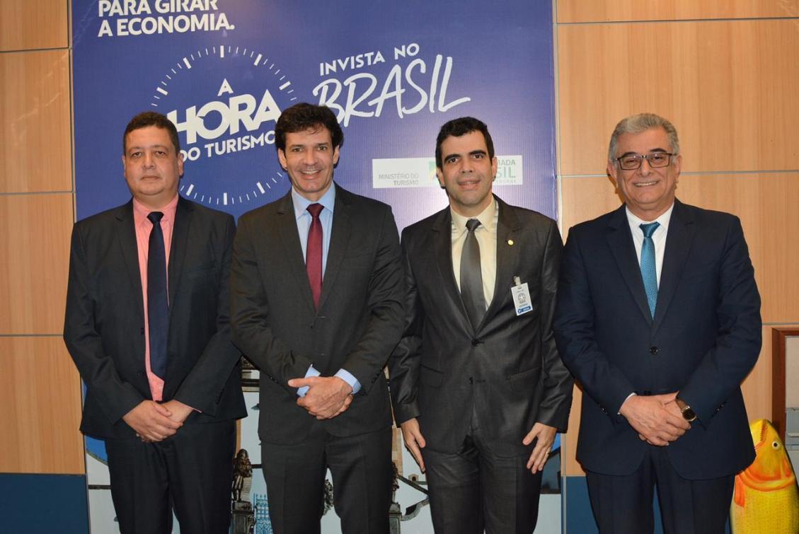 Ayres e Ministro do Turismo buscam investimentos para projeto no Manoel Alves