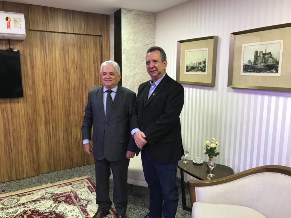 Antonio Andrade e Eurípedes Lamounier durante encontro institucional no TRE-TO