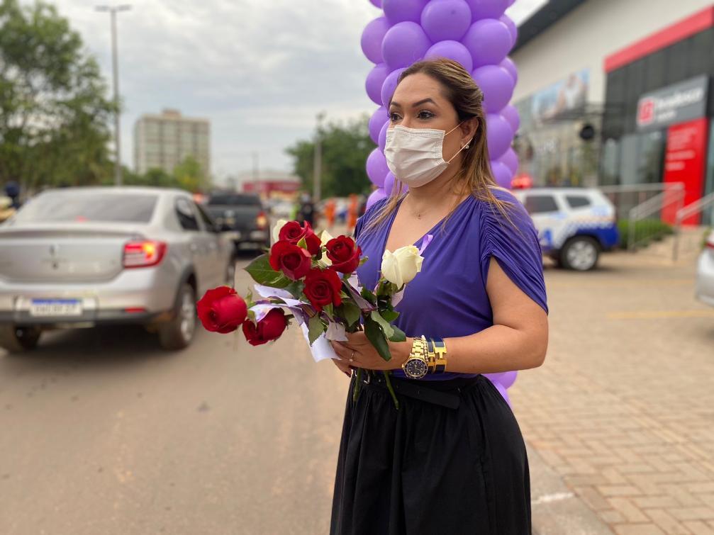 A deputada estadual distribuiu flores com orientações para mulheres durante a blitz