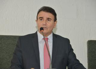 O parlamentar criticou também a proposta do Executivo em parcelar a reposição das perdas salariais