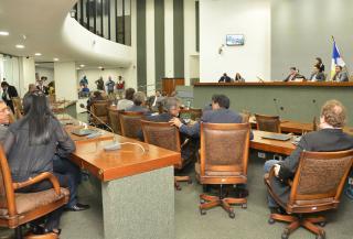 Deputados apreciam matérias em plenário.